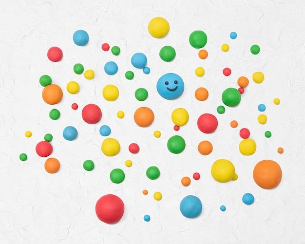 Bolas de arcilla seca de colores hechos a mano de arte creativo para niños