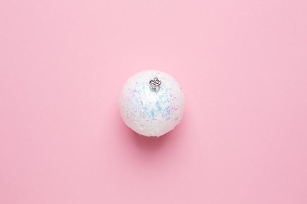 Bolas blancas brillantes sobre un fondo rosa