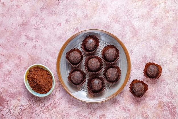 Bolas de chocolate con cacao en polvo.