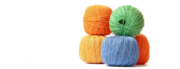 Bolas de colores de hilo de crochet