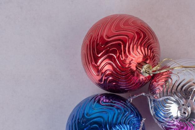 Bolas de colores de navidad sobre superficie blanca