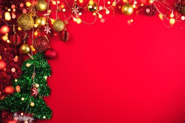 Bolas de decoración navideña y adornos sobre fondo abstracto bokeh con espacio de copia. tarjeta de felicitación de fondo de vacaciones para navidad y año nuevo. feliz navidad