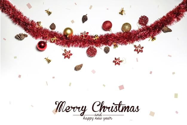 Bolas de decoración navideña y adornos sobre superficie blanca