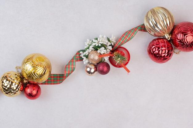 Ãâ ã'â¡ bolas de decoración navideña con banda sobre superficie blanca