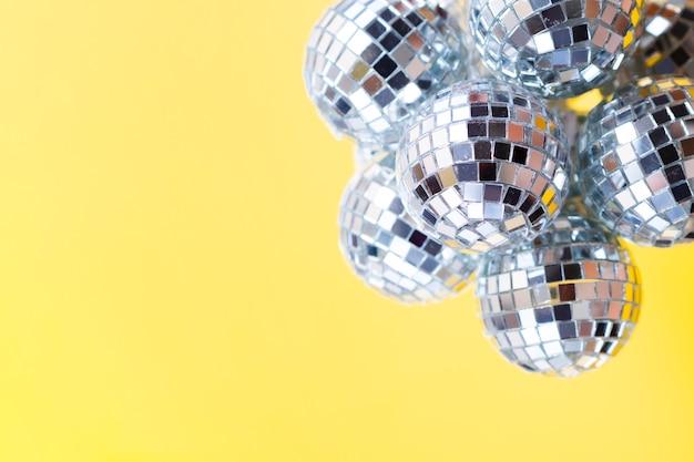 Bolas de discoteca plateadas de primer plano