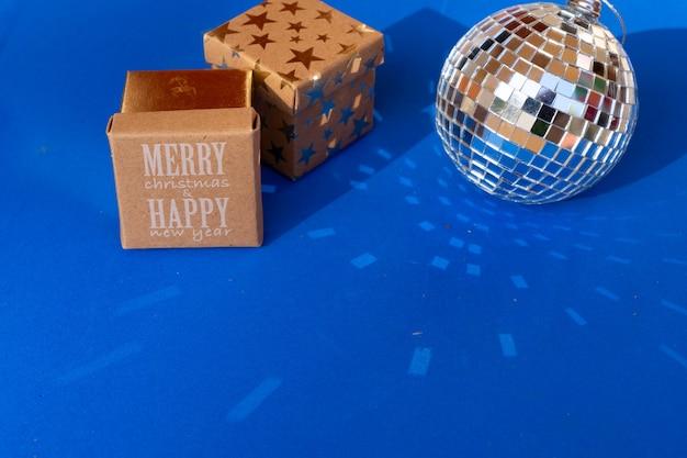 Bolas de discoteca sobre fondo azul, decoraciones de fiesta de navidad y año nuevo