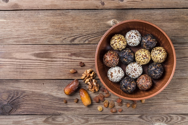 Bolas energéticas hechas de una mezcla natural de frutos secos y nueces (dátiles, albaricoques secos, pasas, nueces, ciruelas pasas). dieta saludable.