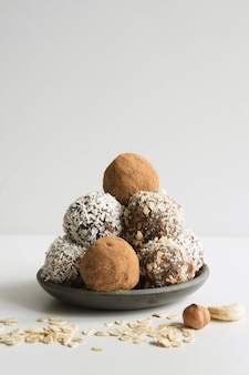 Bolas de energía caseras con cacao, coco. alimentos saludables para niños y veganos, sustitutos de dulces.