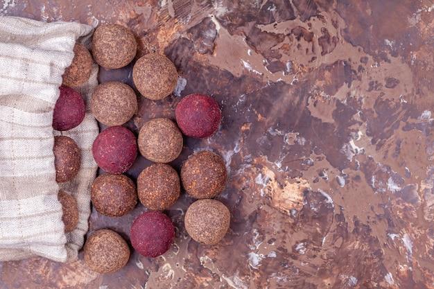 Bolas de energía caseras de cacao crudo vegano en bolsa de textil artesanal