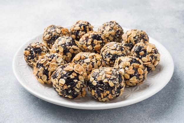 Bolas de energía saludable hechas de frutas secas y nueces con avena y muesli