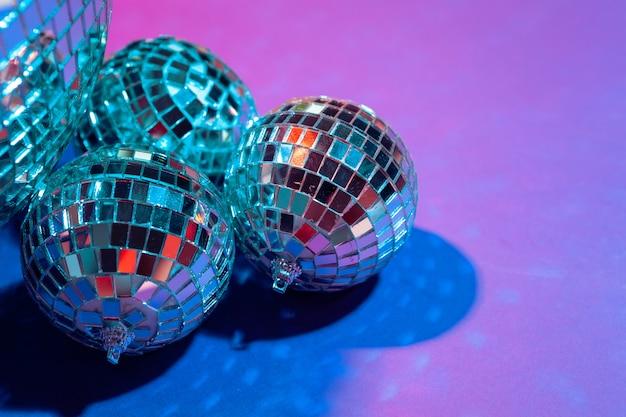 Bolas de fiesta de espejo puestas en la mesa de cerca