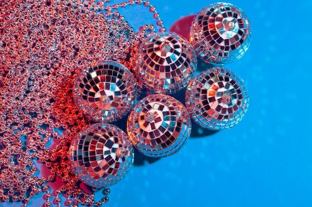 Bolas de fiesta espejo puestas en la mesa de cerca