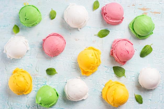 Bolas de helado de colores.