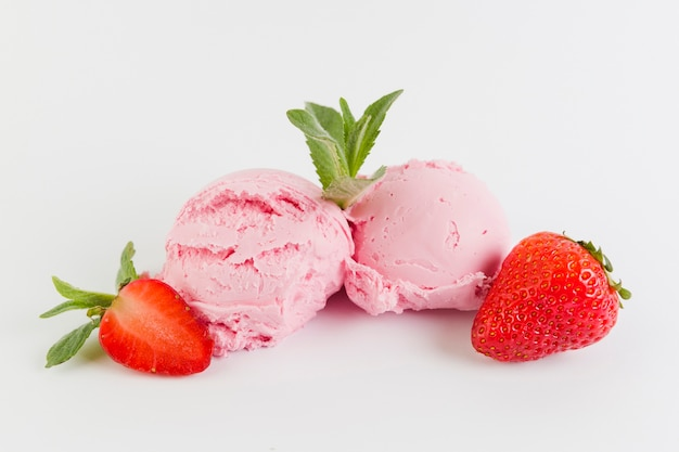 Bolas de helado de fresa con bayas