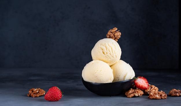 Bolas de helado con fresas y nueces.