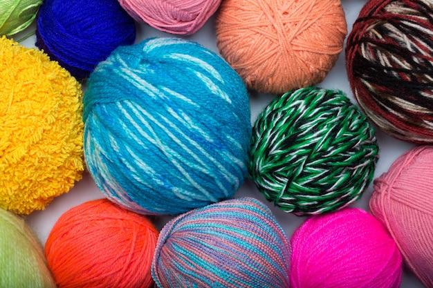 Bolas de hilo de colores del arco iris muestra crochet de punto