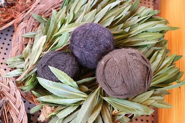 Bolas de hilo de lana de alpaca peruana teñidas de plantas naturales locales chinchero village cuzco perú