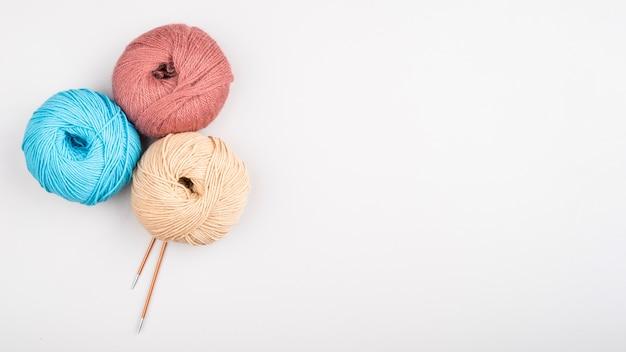 Bolas de hilo de lana con espacio de copia