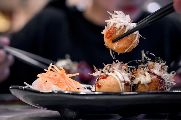 Bolas de masa hervida takoyaki fritas.