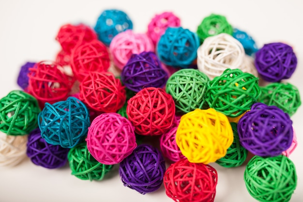 Bolas de mimbre de colores