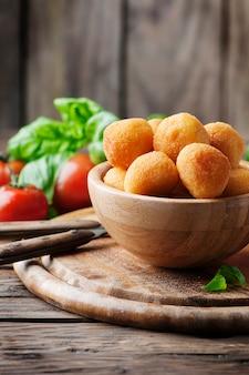Bolas de mozzarella frita italiana tradicional
