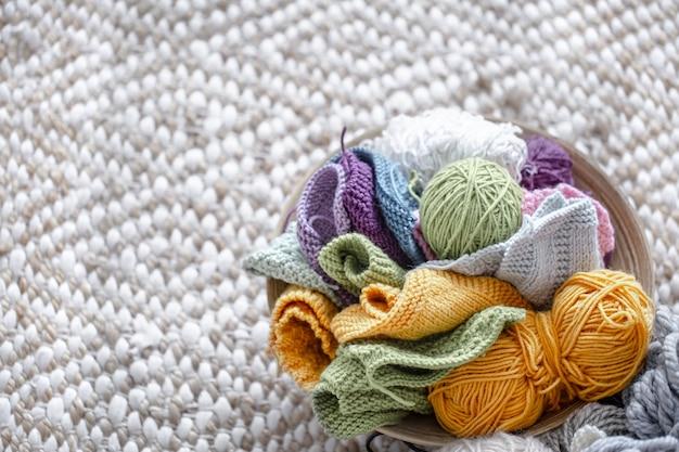Bolas multicolores de hilo para tejer en el espacio de copia de la cesta.