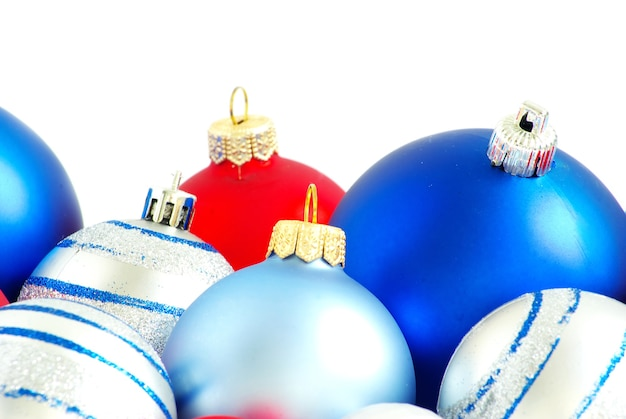 Bolas de navidad aisladas sobre fondo blanco.