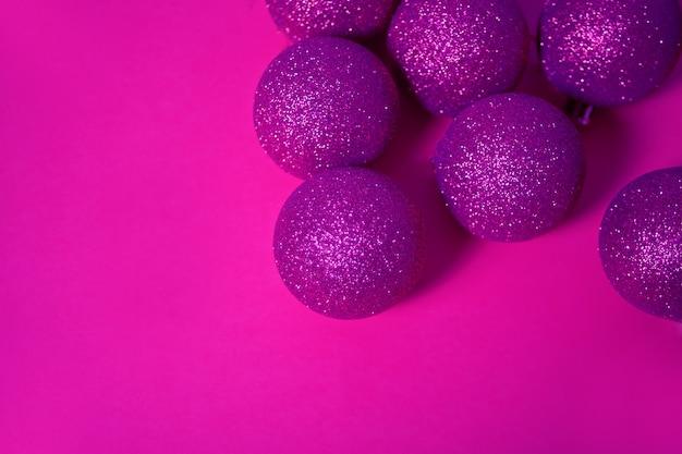 Bolas de navidad brillo en un color púrpura. copia espacio