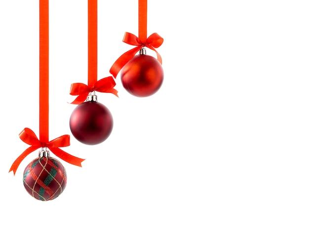 Bolas de navidad con cintas y lazo en blanco