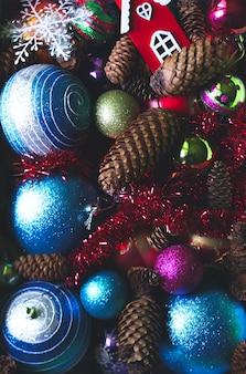 Bolas de navidad decorativas y conos de abeto de cerca.
