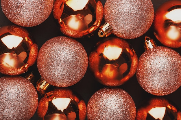 Bolas de navidad doradas de cerca pantalla completa,
