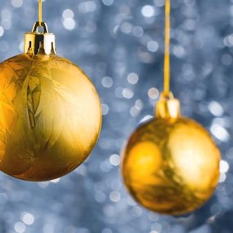 Bolas de navidad doradas sobre hermoso fondo bokeh