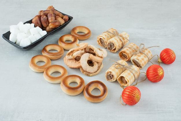 Bolas de navidad con gofres y galletas dulces redondas sobre fondo blanco. foto de alta calidad