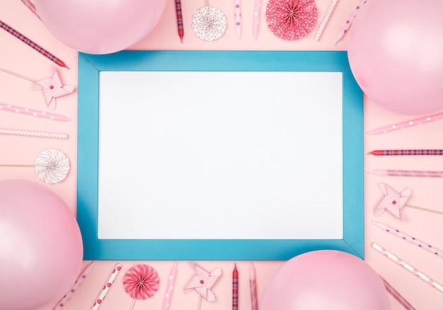 Bolas de navidad y marco de fotos en la elegante vista de mesa de colores
