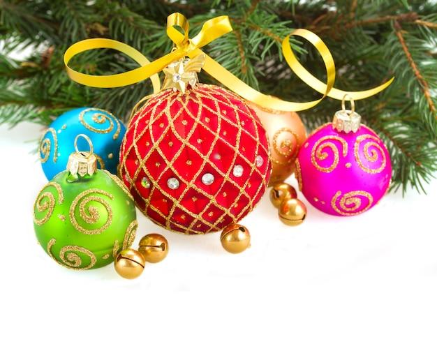 Bolas de navidad multicolores con árbol de hoja perenne aislado