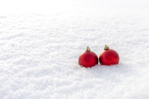 Bolas de navidad en la nieve