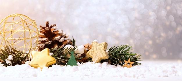 Bolas de navidad, regalos y decoración.