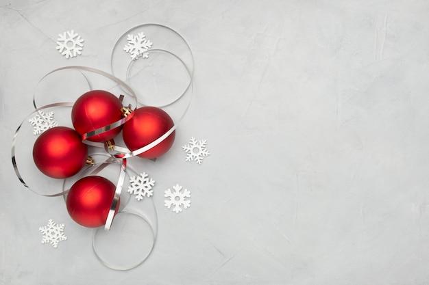 Bolas de navidad rojas en mesa gris