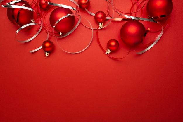 Bolas de navidad rojas en mesa roja