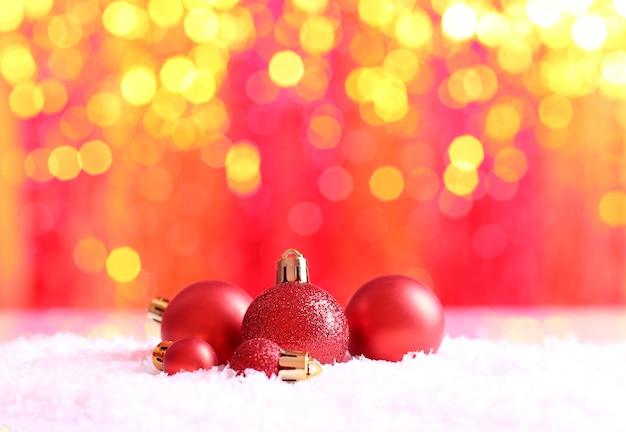Bolas de navidad sobre fondo claro abstracto
