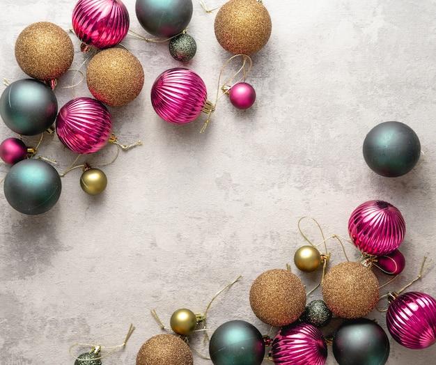 Bolas de navidad sobre fondo de hormigón blanco