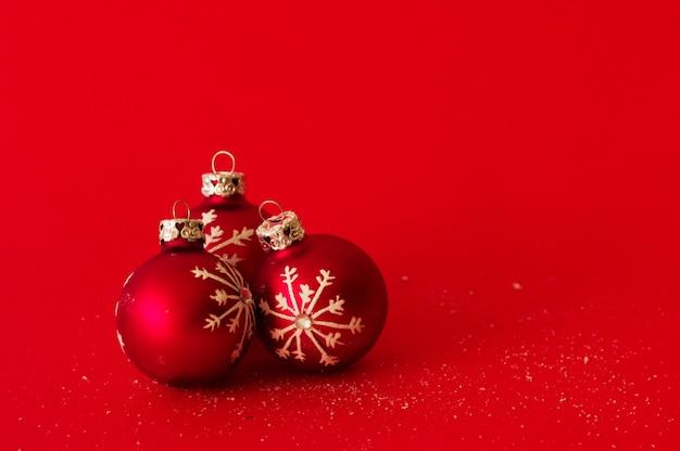 Bolas de navidad sobre fondo rojo