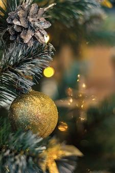 Bolas de oro y conos en el árbol de navidad