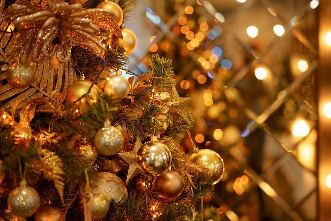 Bolas de oro en el primer árbol de navidad