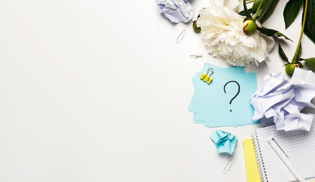 Bolas de papel arrugado y nota adhesiva signo de interrogación escrito