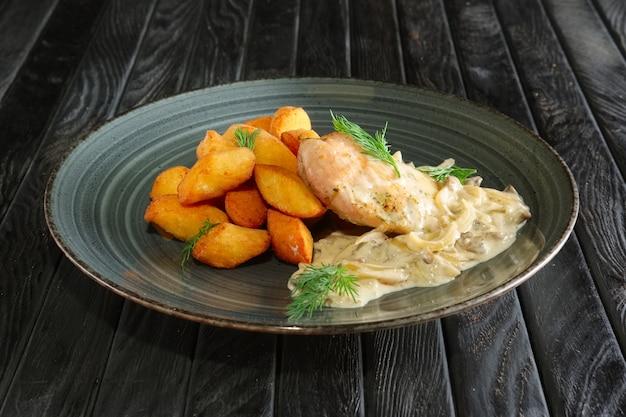 Bolas de patata con filete de pollo y salsa de champiñones y cebolla