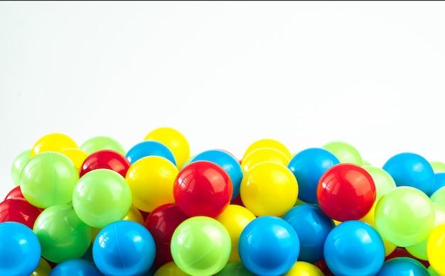 Bolas de plástico de colores en la piscina de la sala de juegos