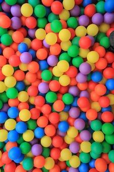 Bolas de plástico coloridas en parque infantil