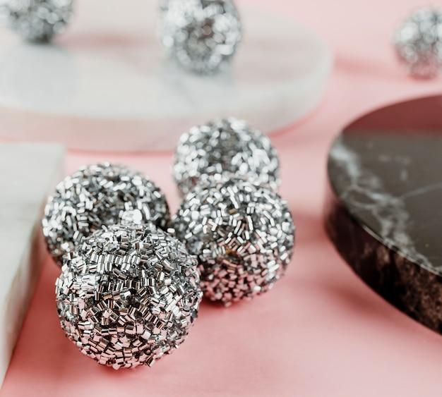 Bolas de plata de guirnaldas de navidad