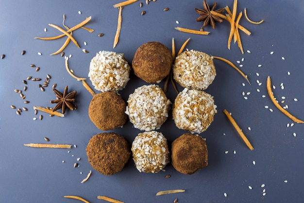 Bolas de proteína energética con zanahoria, nueces, coco rallado y trufas de chocolate veganas